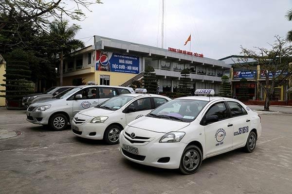 Bạn có thể thuê taxi đi tham quan Hạ Long