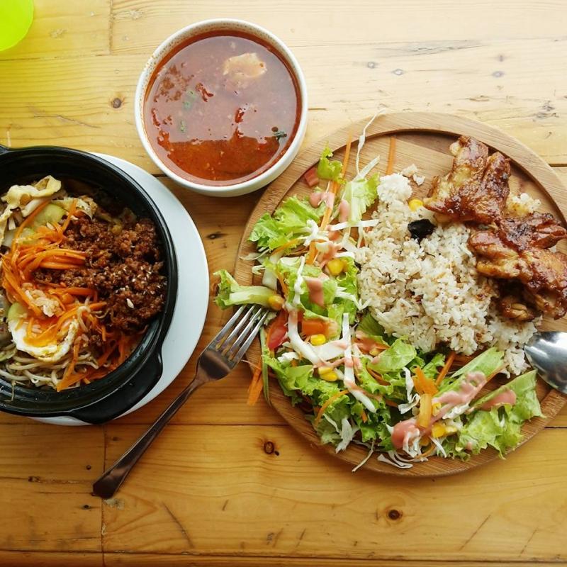 Cơm trộn và cơm gà sốt teriyaki của quán