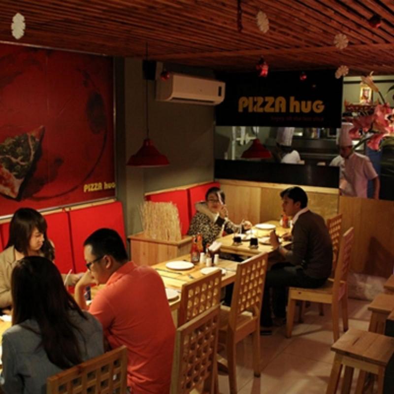 Không gian quán Pizza Hug