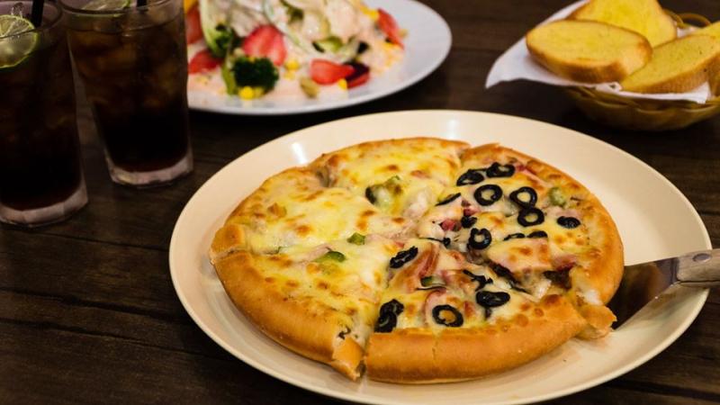 Không chỉ có pizza truyền thống đế dày và mỏng, Pizza Inn còn có pizza với viền phô mai và xúc xích để tăng sự đa dạng và độ hấp dẫn đối với thực khách.