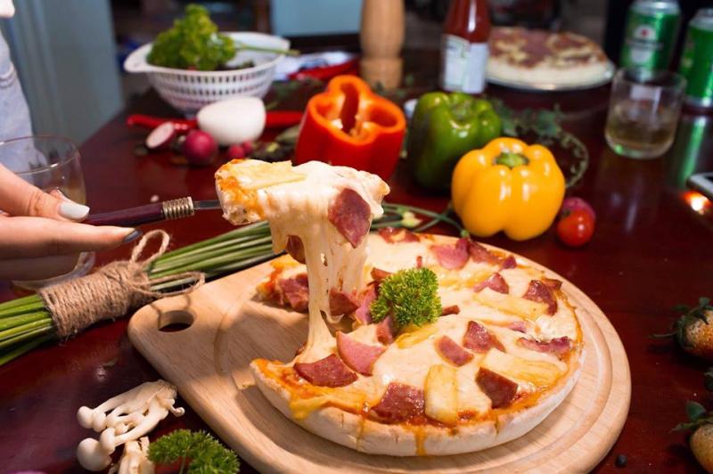 Bánh pizza hấp dẫn tại cửa hàng
