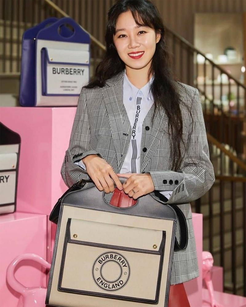 Diễn viên Hàn Quốc Gong Hyo Jin  với mẫu Pocket Bag cỡ medium.