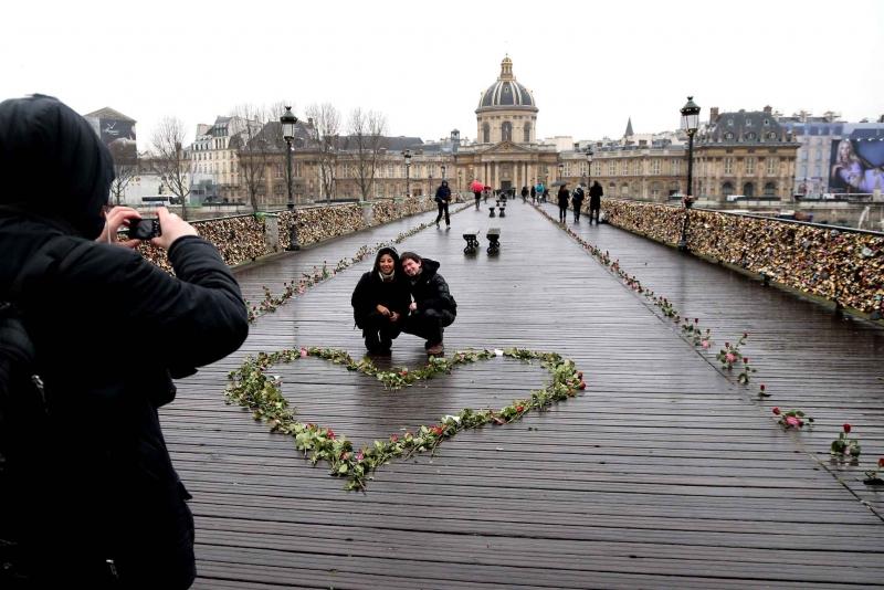 Màn tỏ tình lãng mạn bên cầu Pont des Arts.