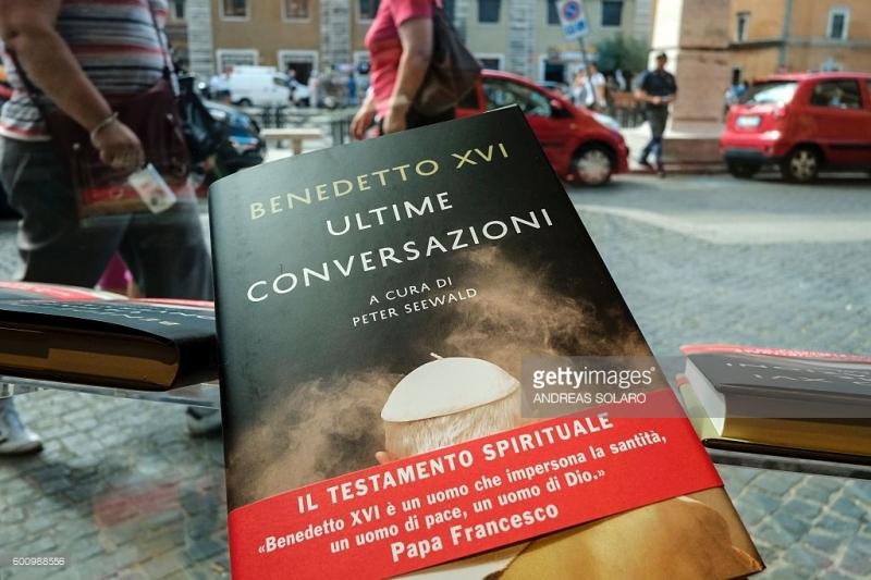 Cuốn tự truyện gây chấn động của Giáo Hoàng Pope Benedict XVI