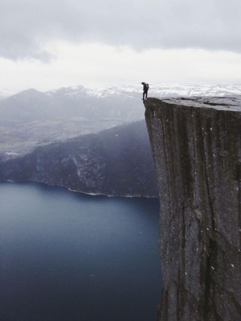 Sự đối lập giữa những ngọn núi kỳ vĩ với sự nhỏ bé của con người
