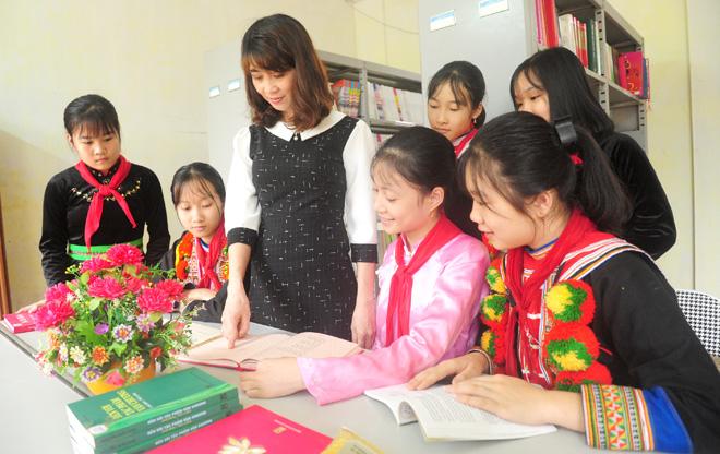 Một giờ học tập, ôn luyện Tiếng Anh của Cô và trò nhà trường
