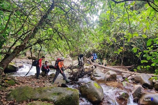 Đường đến đỉnh núi vô cùng dài, với nhiều dốc cao dựng đứng, suối sâu và hành trình vượt rừng rất gian nan