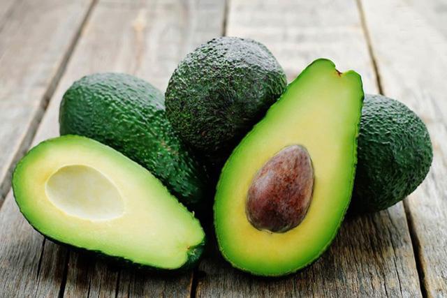 Qủa bơ chất chống oxy hóa giúp bảo vệ da và chất béo lành mạnh, không bão hòa dạng đơn thể, có tác dụng làm giảm cholesterol, giúp cải thiện độ đàn hồi và độ ẩm cho da.