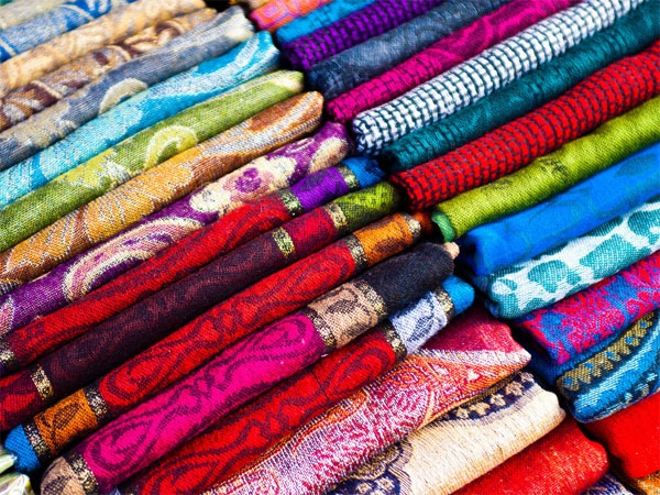 Lụa tơ tằm của Thái Lan, đa dạng về màu sắc và tinh tế trong kỹ thuật dệt may thủ công nên được khách quốc tế vô cùng yêu thích