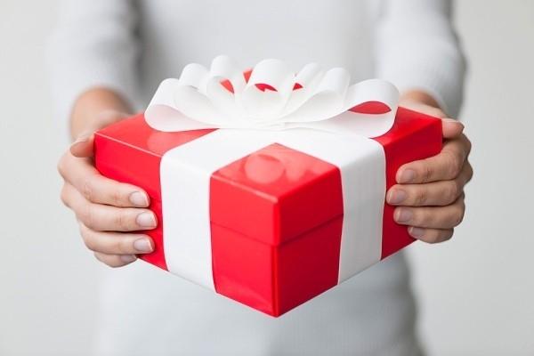 Một món quà tặng thời trang xinh xắn là gợi ý giúp bạn đỡ đau đầu vấn đề quà tặng