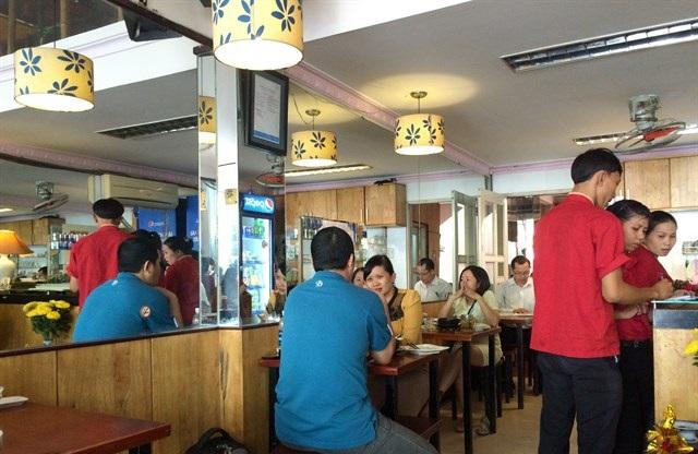 Nếu thích loại bún cá sứa vị thanh đạm mà cũng không kém phần đậm đà, bạn có thể tìm ăn tại quán 49- đặc sản Nha Trang ở Sài Gòn.