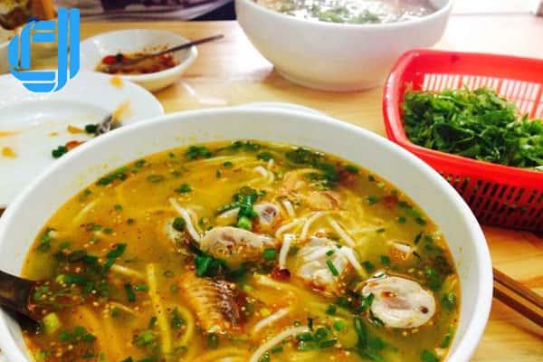 Khác với bún cá sứa ở các thành phố biển khác, phiên bản bún cá sứa Nha Trang của quán 49 có nước lèo gần như trong vắt, vị nêm cũng thanh tao hơn hẳn.