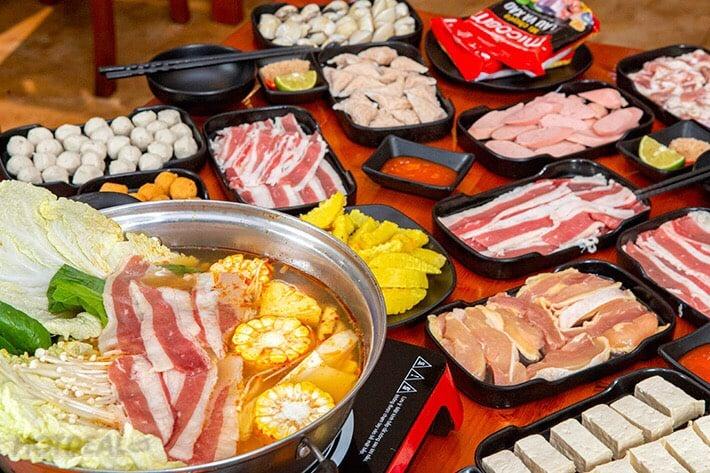 Các món nhúng lẩu cũng đa dạng từ thịt đến hải sản, rau tươi ngon và sạch sẽ.