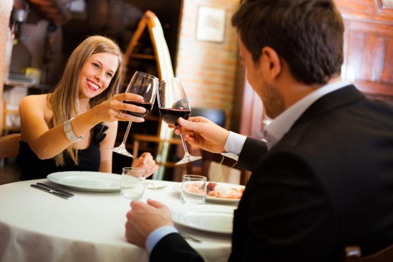 Hẹn hò tại nhà hàng dưới ánh nến lãng mạn