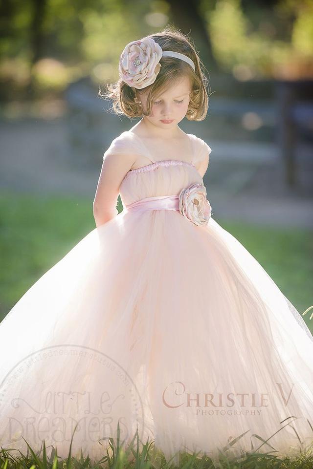 Những bộ váy công chúa như thế này sẽ khiến bé rất thích thú