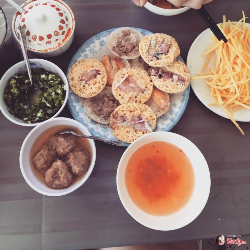 Bánh căn Cô Trang mang hương vị rất riêng, nóng hổi, tôm và mực tươi ngon, ngọt thịt