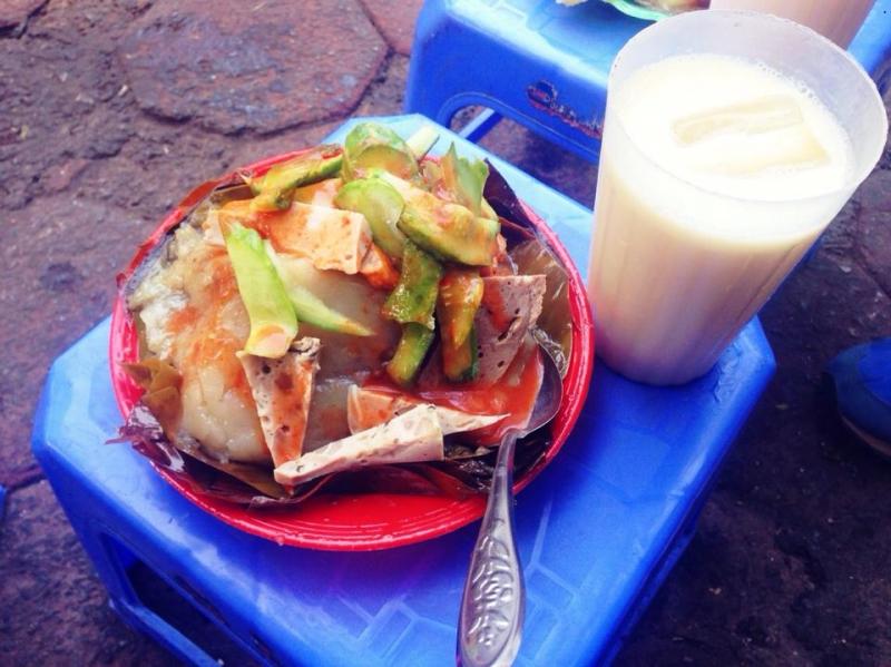 Bánh giò quán Cô Béo thường được ăn kèm với chả cốm, nem chua, giò tai và dưa ghém