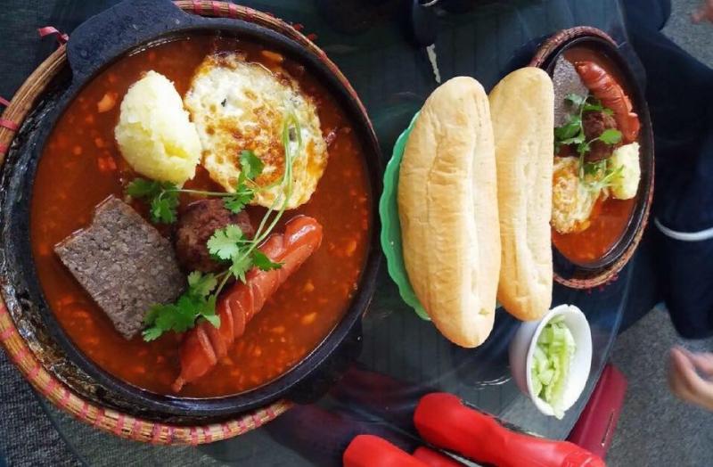 Quán bánh mì chảo Cú Xanh là quán ăn ngon gần trường đại học Thương Mại