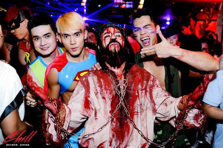 Không chỉ DMZ mới nhanh chóng nắm bắt sự kiện Halloween mà bây giờ, tại hầu như tất cả các quán bar của thành phố Huế đều đã và đang tràn ngập không khí ma quỷ của mùa Halloween.