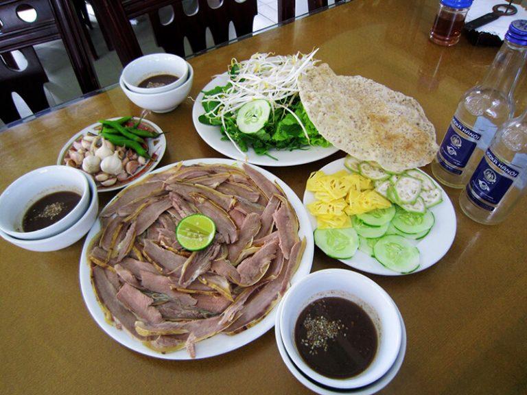 Bê thui Cầu Mống ăn kèm rau sống và nước chấm hấp dẫn