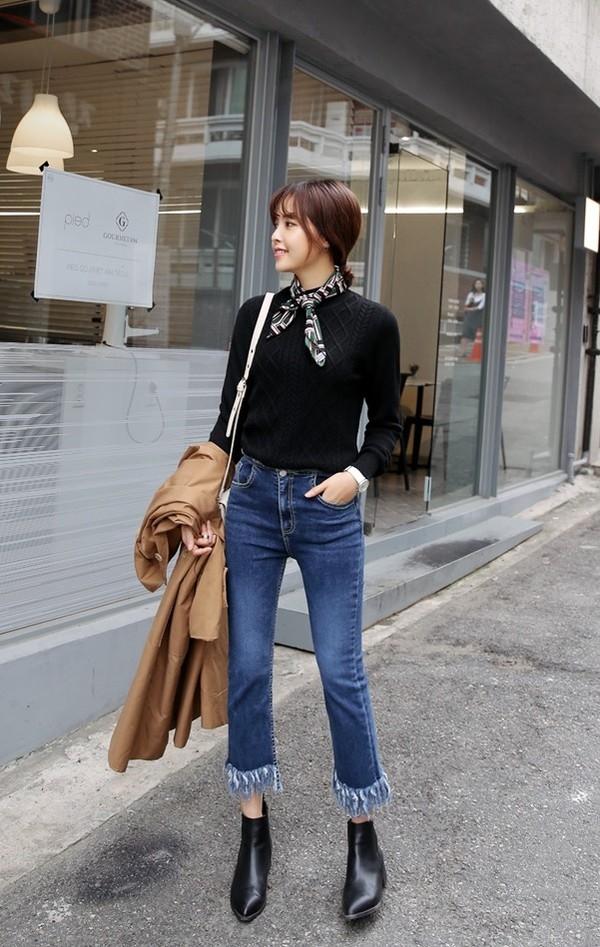 Quần jeans với áo len ngắn