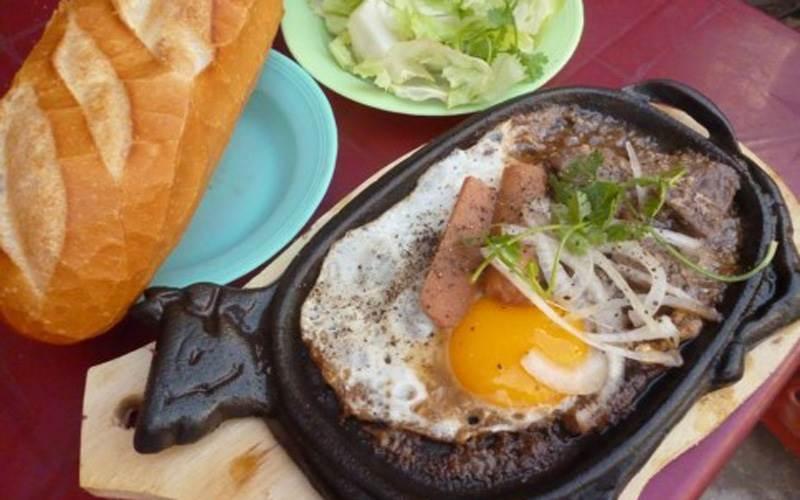 Quán Bò Né 3 Ngon là một trong những quán bánh mì ốp la ngon nhất ở Huế