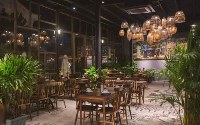 Không gian rộng rãi, trầm ấm của nhà hàng
