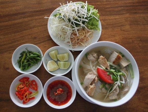 Quán Bún cá lá Ninh Hòa là một trong những quán ăn ngon nhất đường Tháp Bà