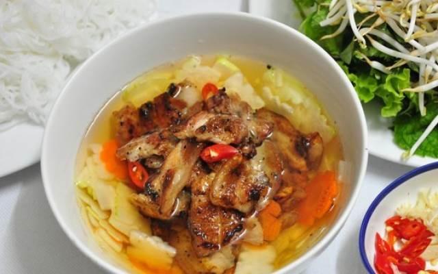 Quán bún chả Bống Xinh là quán ăn ngon và rẻ, chủ yếu phục vụ sinh viên