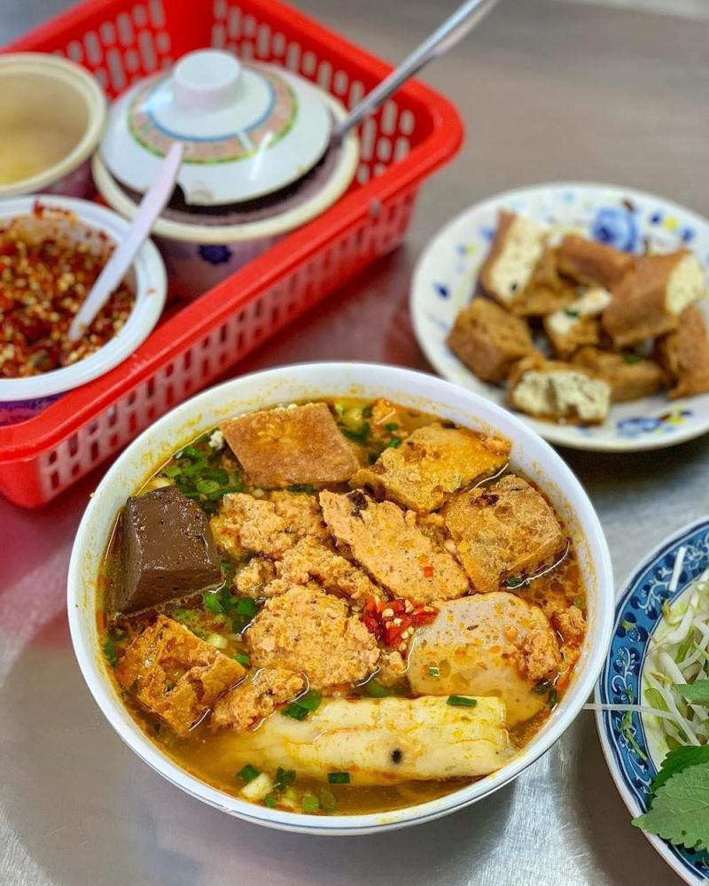 Thêm một địa chỉ ăn ngon giá ổn tại Bình Thạnh mà bạn không nên bỏ qua chính là thương hiệu bún riêu Bà Dú. Hiện tại, quán Bà Dú có hai chi nhánh tại Sài Gòn.