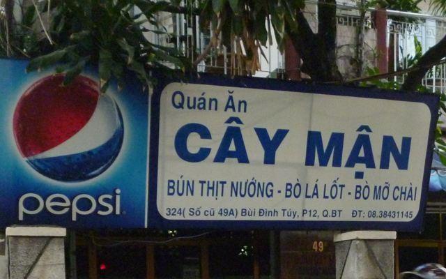 Quán có biển hiệu to nên rất dễ tìm