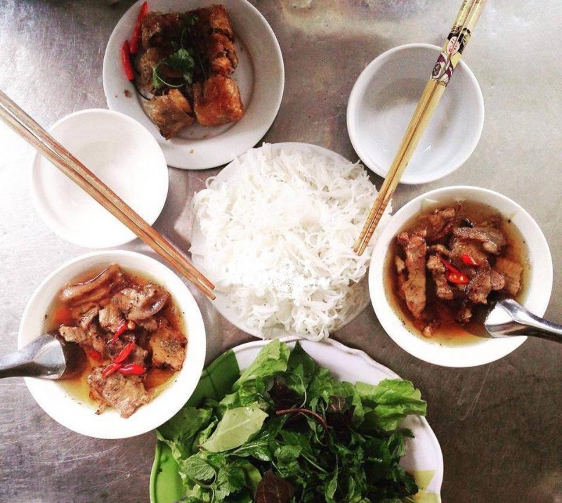 Quán bún và chả nem Tuyết là quán ăn ngon đường Hàng Kênh mà bạn nên ghé qua