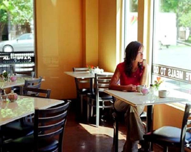Quán cà phê đông đúc nhưng bàn ăn vắng vẻ.