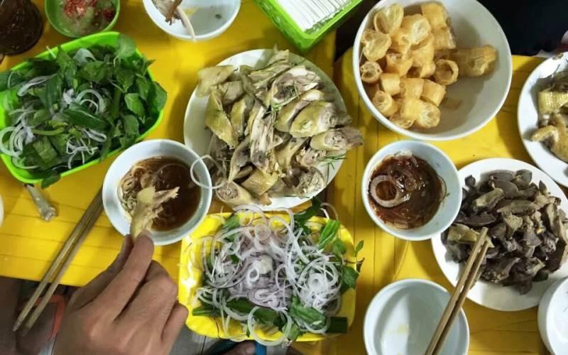 Giá đồ ăn tại quán Long Hương không rẻ, nhưng có lẽ đắt xắt ra miếng