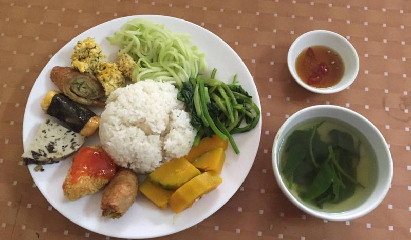 Quán chay Hòa Hảo phục vụ suất ăn đầy đủ