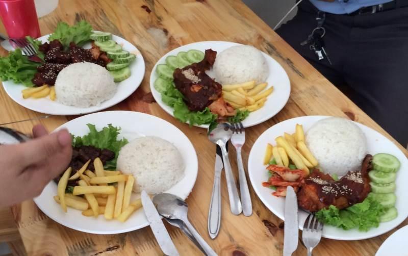 Quán cơm gà HoaOri 29 là quán ăn ngon gần đại học Thương Mại