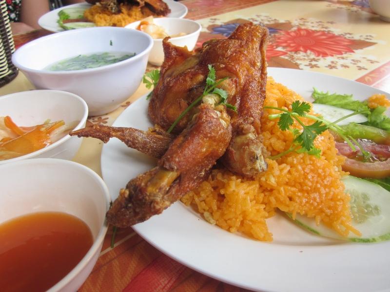 Quán cơm gà xối mỡ 142 là quán cơm khá nổi tiếng tại TP. Hồ Chí Minh