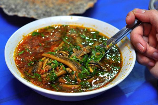 Súp lươn có thể ăn kèm bánh mì hoặc bánh mướt