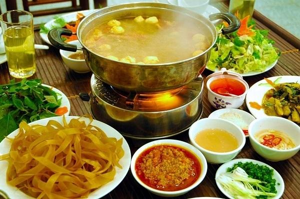 Quán lẩu bình dân Hương luôn thu hút rất nhiều thực khách