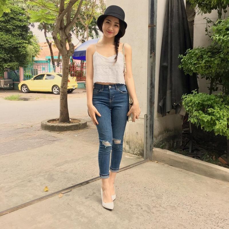Hòa Minzy tự tin xuống phố với áo hai dây và quần jean rách bó năng động và cá tính