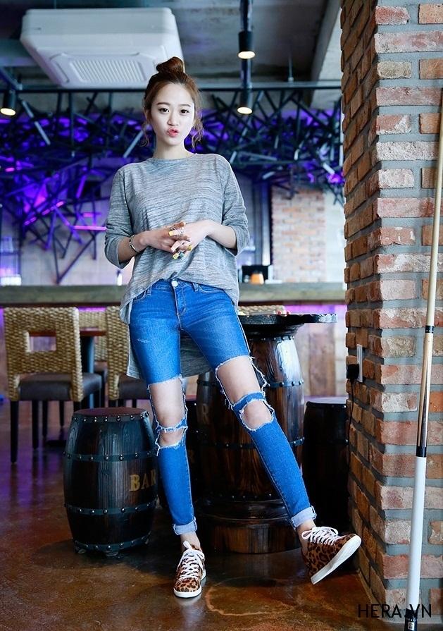 Jean rách gối bụi bặm kết hợp cùng áo trông vừa bắt mắt, vừa cá tính và để set đồ hoàn hảo hơn thì giầy thể thao trắng là món đồ không thể thiếu của bạn