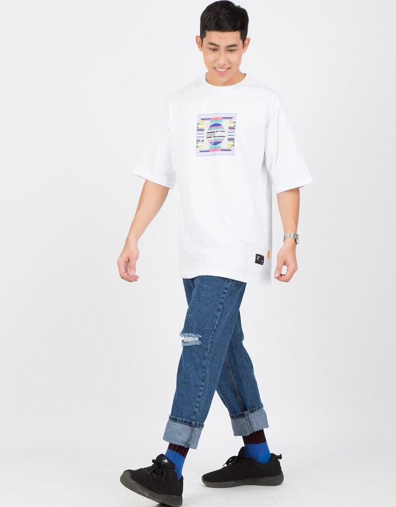 Quần jean và áo thun/áo sơ mi form rộng