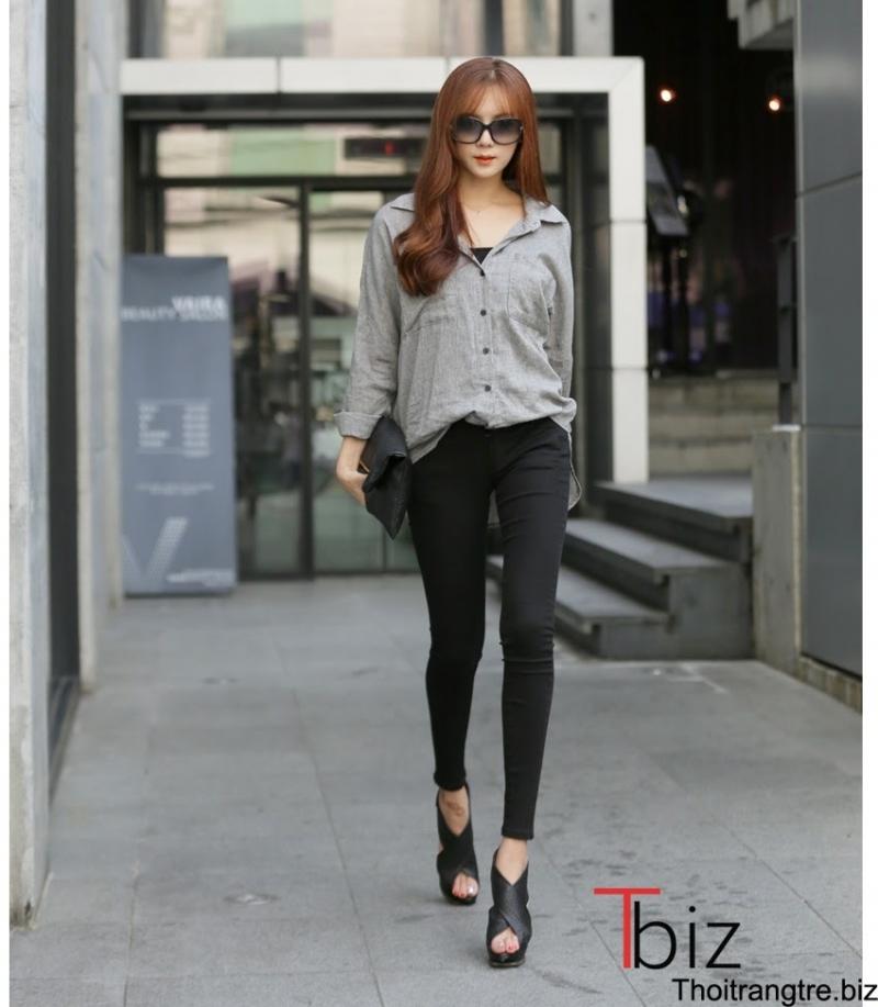 Chiếc áo sơ mi trễ vai kết hợp với quần jeans đen sẽ khiến bạn thêm phần gợi cảm.