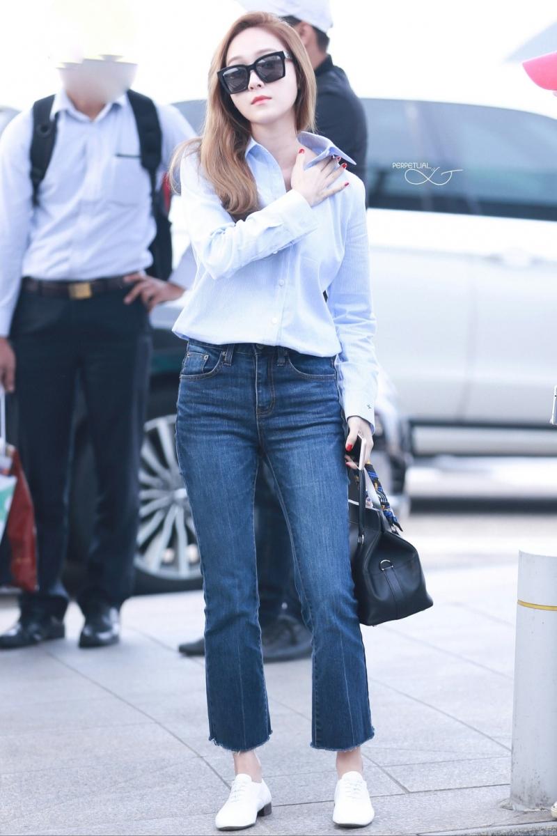 Jeans lửng ống loe kết hợp vởi sơ mi đơn giản mang lại sự trẻ trung và thanh lịch
