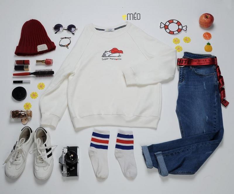 Quần Jeans xanh + hoodie trắng và phụ kiện