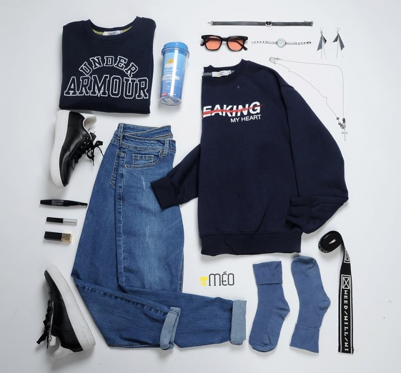 Jeans xanh + áo tối màu và phụ kiện