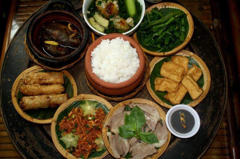 Một mâm cơm ở Làng Cua Đồng