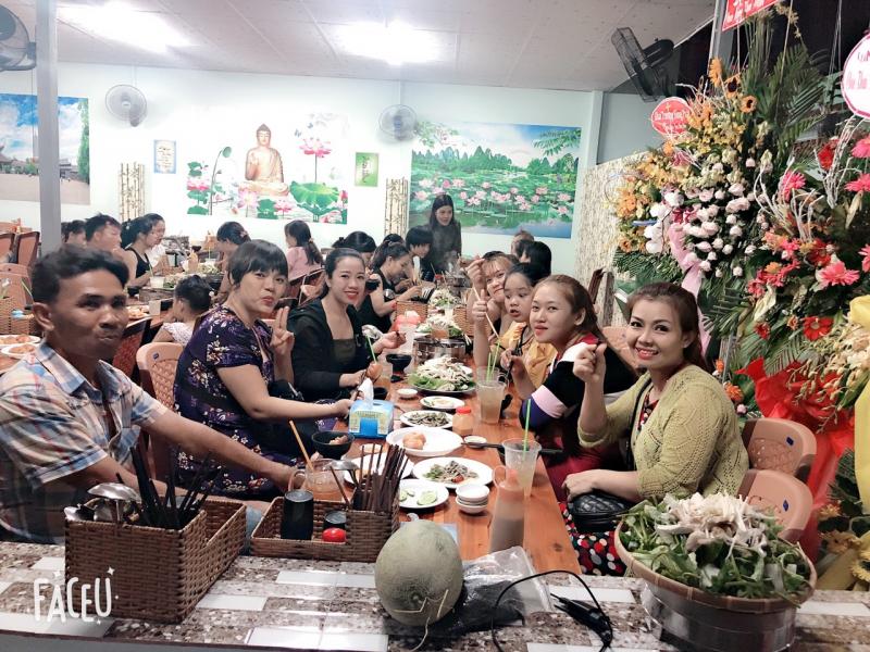 Thực khách ăn uống đông vui trong không gian thoáng đãng của Lẩu chay Kiều Đàm