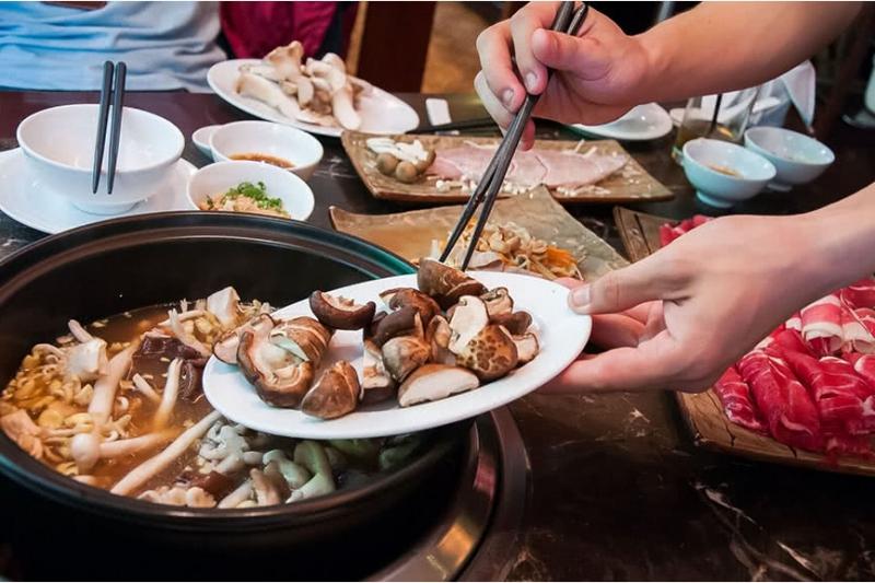 Lẩu Nấm Ashima mang đến rất nhiều sự lựa chọn về nấm, từ nấm thường đến những loại đặc biệt