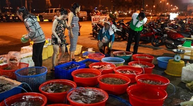 Tại đây bán cả hải sản tươi sống